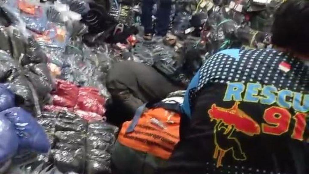 Penampakan Ratusan Lusin Pakaian Lokasi 1 Keluarga Tewas Tertimbun