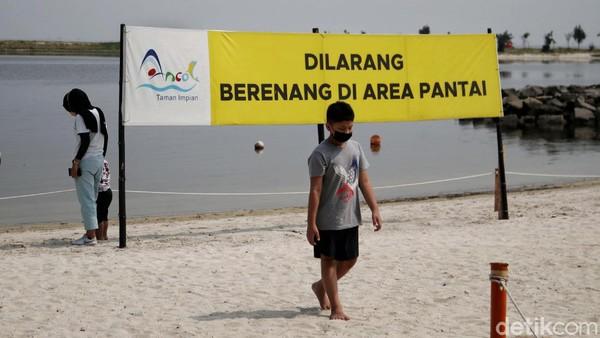 Saat ini pengunjung hanya diperbolehkan untuk berolahraga dan bermain di pinggir pantai.