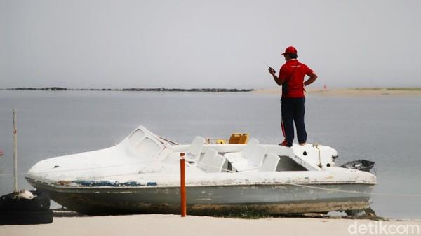 Di area pantai Ancol telah disiapkan sekat bagi pengunjung dan petugas yang selalu patroli memperingatkan protokol kesehatan.