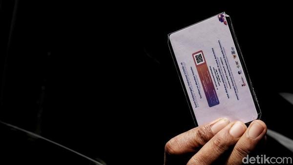 Salah satu syarat memasuki Ancol adalah pengunjung harus memiliki kartu vaksin.
