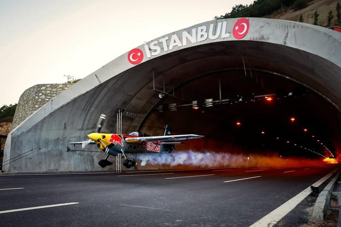 Aksi Dario Costa memecahkan rekor penerbangan pesawat di terowongan
