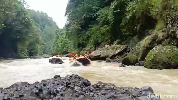 Derasnya aliran sungai, bebatuan, dan luncuran air yang membuat dada berdegub kencang, menjadi tantangan tersendiri saat menyusuri aliran sungai tersebut.(Muhammad Riyas/detikcom)