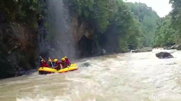 Traveler bisa menikmati indahnya pemandangan yang asri sepanjang bantaran sungai. (Muhammad Riyas/detikcom)