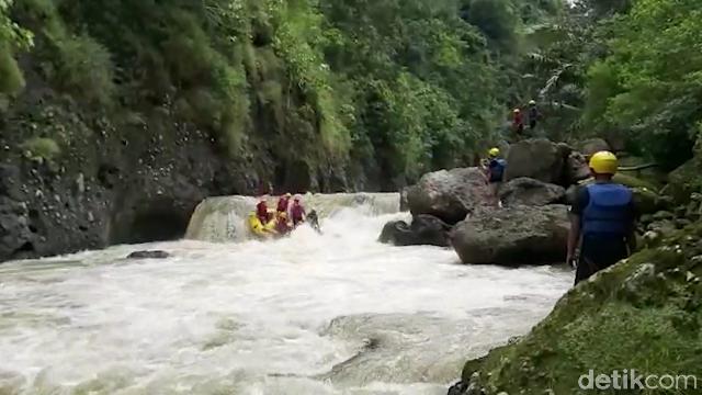 Arung jeram di Sungai Mai'ting