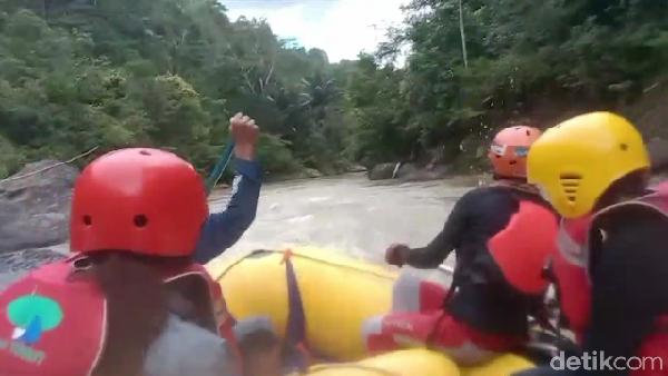 Kamu yang mau pacu adrenalin, bisa coba rafting di sini, ya! (Muhammad Riyas/detikcom)