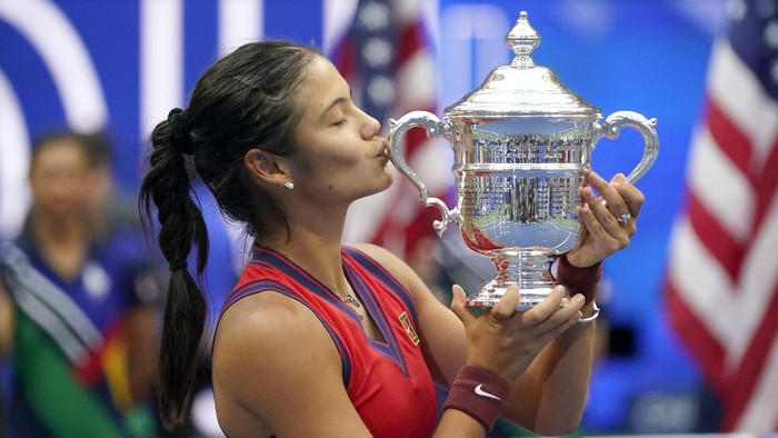 Emma Raducanu, of Britain, kisses the US Open championship trophy after defeating Leylah Fernandez, of Canada, during the womens singles final of the US Open tennis championships, Saturday, Sept. 11, 2021, in New York. (AP Photo/Seth Wenig)