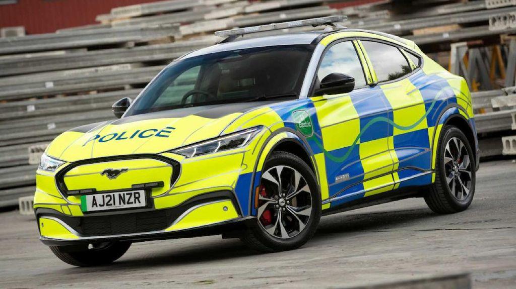 Sangar! Polisi Inggris Kini Pakai Mobil Listrik Ford Mustang Mach-E