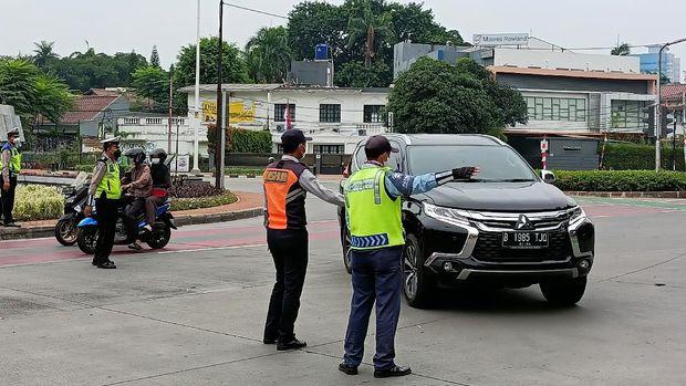 Petugas mengalihkan mobil pelat ganjil ke Jl Hang Lekir, Minggu (12/9/2021).