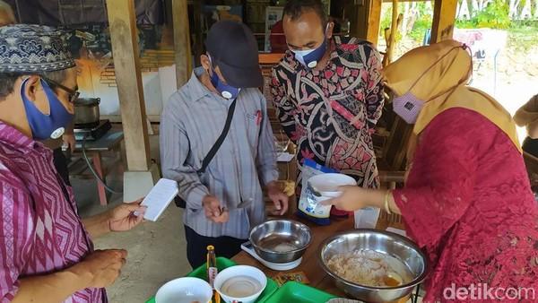 Namun karena pandemi, Desa Wisata Ngargoretno berinovasi dengan memperbanyak produk-produk yang ada di masyarakat. Produk-produk tersebut dipasarkan. Desa Wisata Ngargoretno juga menawarkan paket wisata yang bisa dinikmati wisatawan.