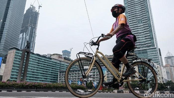 Kawasan Sudirman-Thamrin ramai dilalui pesepeda di tengah PPKM level 3 di Jakarta. Meski dilarang, masih ada goweser yang wara-wiri di san untuk olahraga.