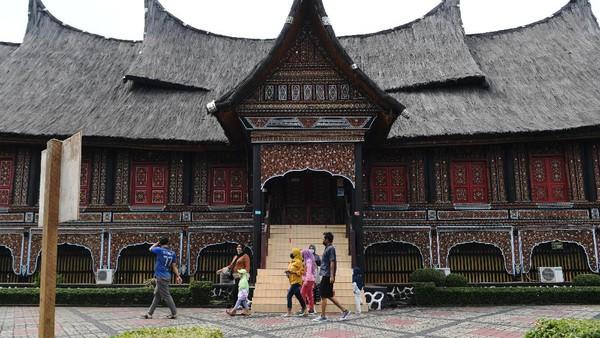 Diketahui dua wahana di Taman Mini Indonesia Indah (TMII) kembali dibuka di tengah pemberlakuan PPKM level 3 di Jakarta.