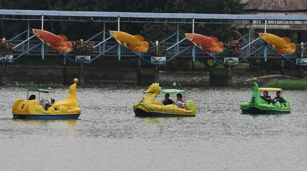 Tak sedikit pula pengunjung yang asyik menaiki perahu di danau area TMII, Jakarta.