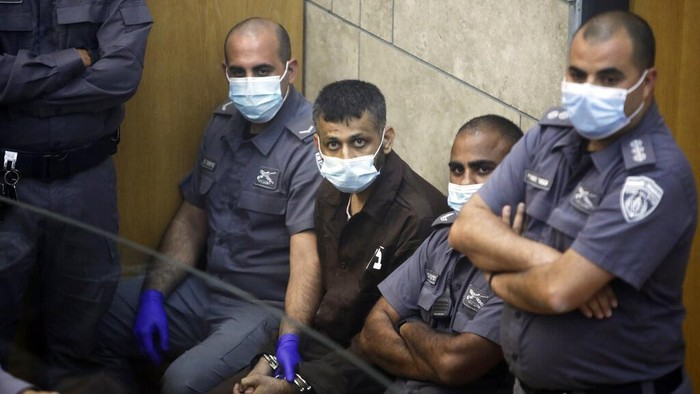 Kepolisian Israel menangkap 4 dari 6 tahanan Palestina yang kabur dari penjara super ketat Israel. Dua tahanan lainnya pun diketahui kini masih dalam pencarian.