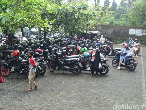 Dari pelat kendaraan, wisatawan bukan hanya berasal dari Yogyakarta saja. Namun, ada juga yang berasal dari Jawa Tengah seperti daerah klaten maupun Semarang. (Jauh Hari Wawan S/detikcom)