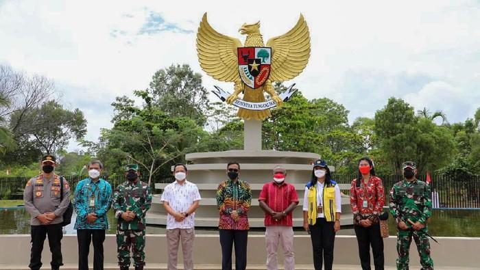 Menko Polhukam Mahfud Md (kelima dari kanan) meninjau PLBN Sota di Merauke, Papua, Minggu (12/9/2021).