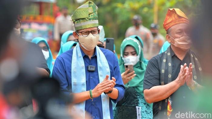 Menparekraf Sandiaga Uno berkunjung ke Koto Masjid atau yang lebih dikenal Kampung Patin di Kampar, Riau. Seperti apa penampakannya?