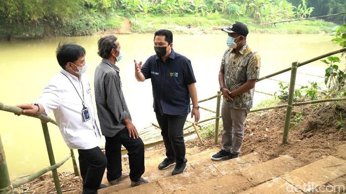 Menteri BUMN Erick Thohir saat berkunjung ke Solear di Sungai Cidurian, perbatasan Serang-Tangerang.