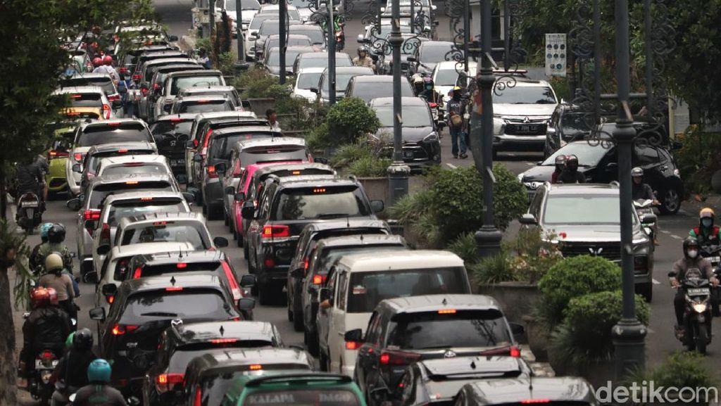 Padatnya Kendaraan di Jalan Dago Bandung Saat Akhir Pekan