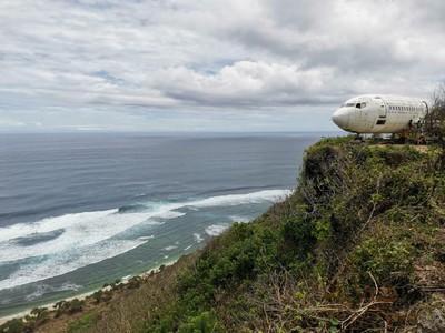 Keren! Ada Pesawat Boeing 737-200 Mejeng di Tebing Pantai Nyang-nyang Bali