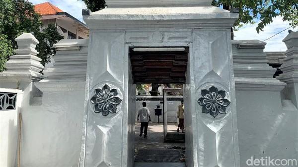 Makam Sunan Ampel merupakan salah satu kawasan yang menjadi destinasi wisata religi favorit di Kota Surabaya. Ada banyak sejarah tentang peradaban islam di Jawa yang berada di kawasan Surabaya utara itu.