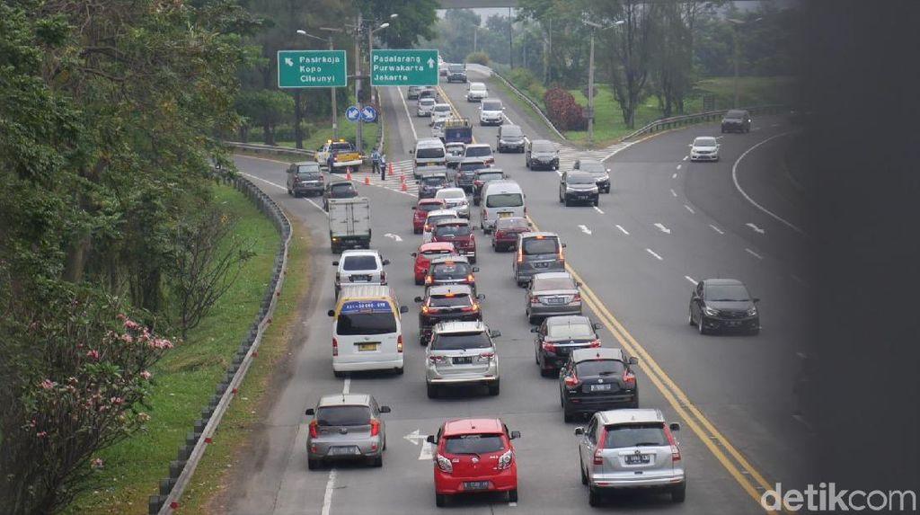 Ramainya Arus Lalu Lintas di Jalan Tol Cipularang Arah Jakarta