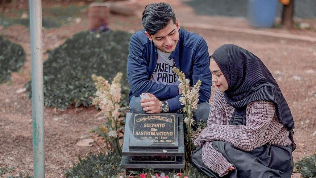 Momen Ria Ricis dan Teuku Ryan Sambangi Makam Ayah Jelang Lamaran