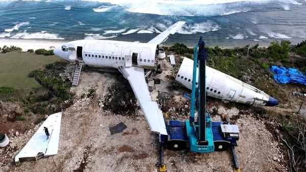 Foto udara aktivitas pengerjaan perakitan badan pesawat bekas di kawasan Pantai Nyang-Nyang, Badung, Bali, Minggu (12/9/2021).