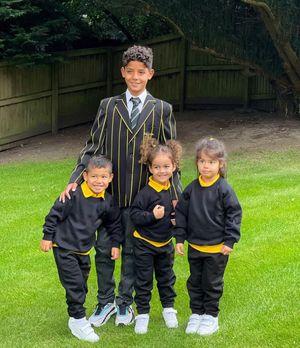 pamer seragam baru sekolah di Manchester