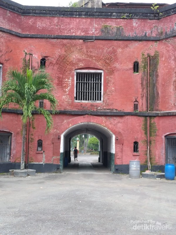 Penampakan benteng ini terlihat lebih megah dan mencolok karena warna merahnya.