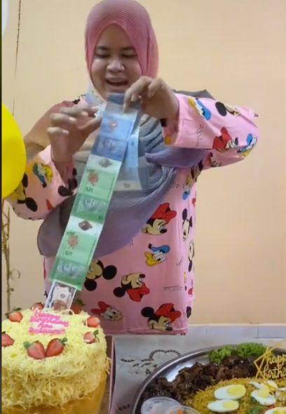 Cake Isi Uang Tengahnya Malah Zonk Karena Ada Uang Mainan