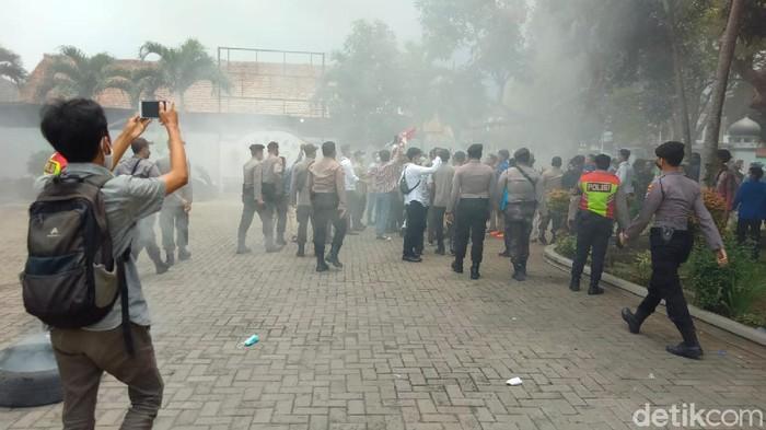 Demo di DPRD Pandeglang.