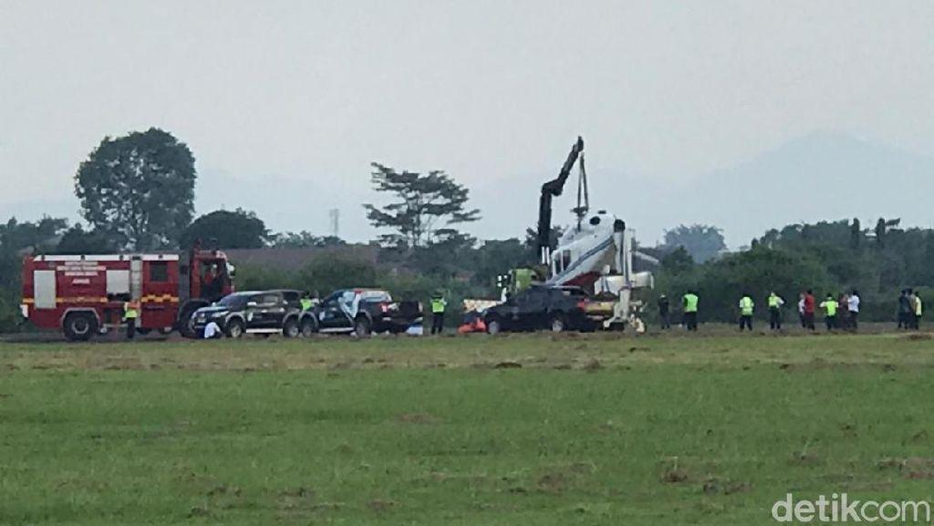 Detik-detik Evakuasi Helikopter yang Terguling di Bandara Budiarto Curug