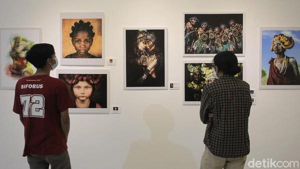 Sebanyak 243 fotografer dari 60 negara dunia unjuk gigi dalam pameran tersebut.