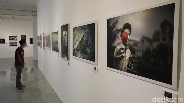 Pengunjung mengamati karya fotografi pada pameran foto bertajuk Borderless di Galeri R.J. Katamsi, ISI, Bantul, Yogyakarta, Senin (13/9/2021).