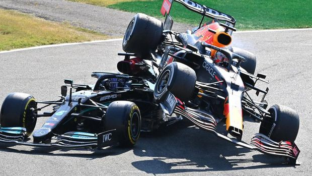 MONZA, ITALY - SEPTEMBER 12: Max Verstappen of the Netherlands driving the (33) Red Bull Racing RB16B Honda and Lewis Hamilton of Great Britain driving the (44) Mercedes AMG Petronas F1 Team Mercedes W12 crash during the F1 Grand Prix of Italy at Autodromo di Monza on September 12, 2021 in Monza, Italy. (Photo by Peter Van Egmond/Getty Images)
