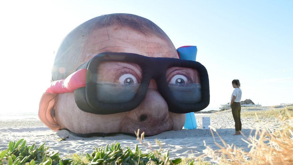 Hiii! Patung Kepala Penyelam Raksasa Mejeng di Pinggir Pantai