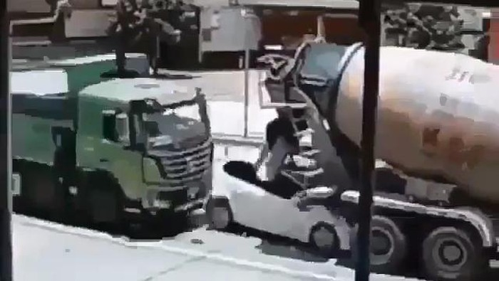 Honda Jazz tertabrak truk dari belakang