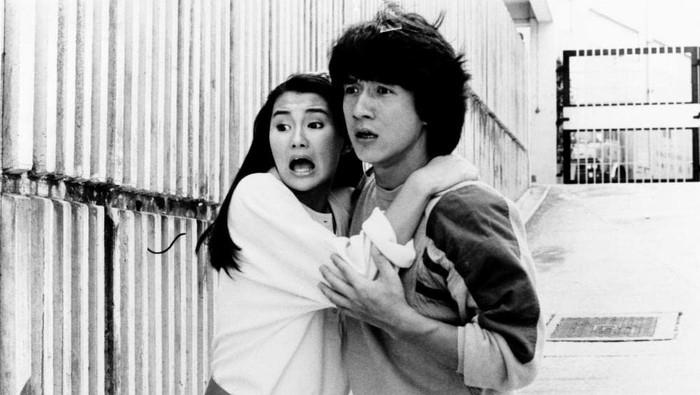 Penampilan Maggie Cheung dan Jackie Chan di Police Story (1985).