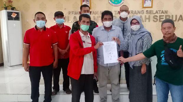 Mediasi antara warga Kampung Bulak dengan pengembang perumahan, oleh Lurah Serua, Cecep Iswadi. (Dok Kelurahan Serua)