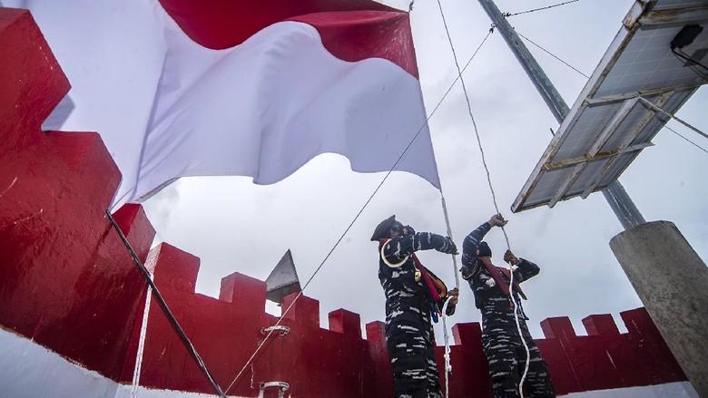 Taruna Akademi Angkatan Laut (AAL) Tingkat III Angkatan ke-68 mengibarkan bendera merah putih di atas Mercusuar Karang Unarang, Perairan Ambang Batas Laut (Ambalat), Nunukan, Kalimantan Utara, Senin (13/9/2021). Mercusuar tersebut merupakan tanda perbatasan perairan laut antara Indonesia dengan Malaysia. ANTARA FOTO/Muhammad Adimaja/foc.