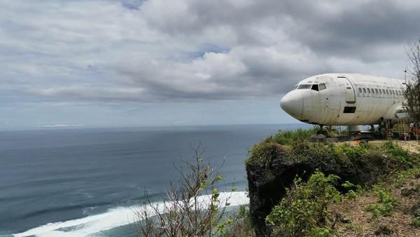 Inilah penampakan pesawat nyasar di tebing pantai Nyang-nyang, Bali. Pesawat ini rupanya sengaja diletakkan di sana untuk jadi destinasi wisata baru. Inisiatornya seorang pengusaha asal Rusia bernama Felix Demin. (dok. Istimewa)