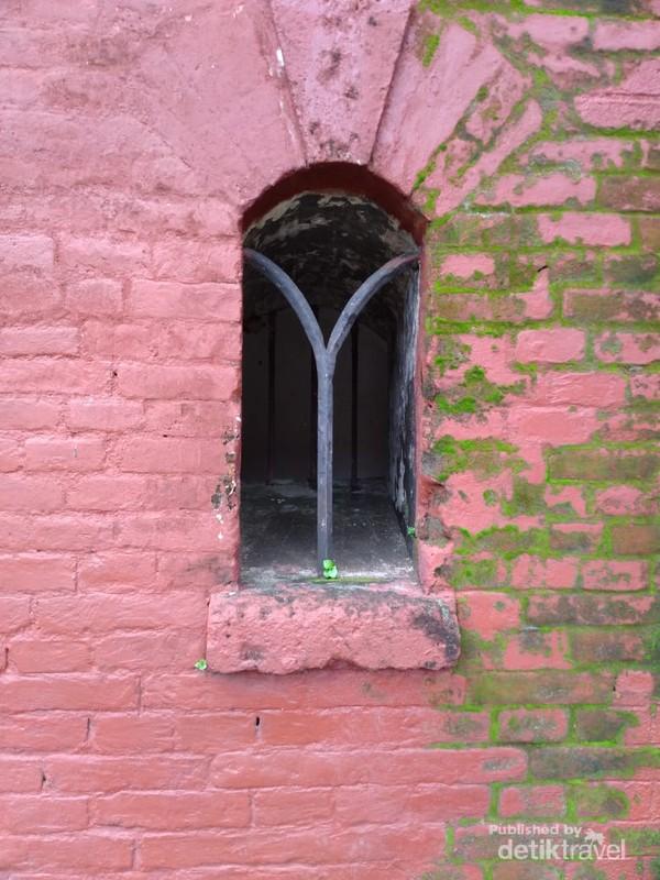 Warna merah benteng ini berasal dari bata merah