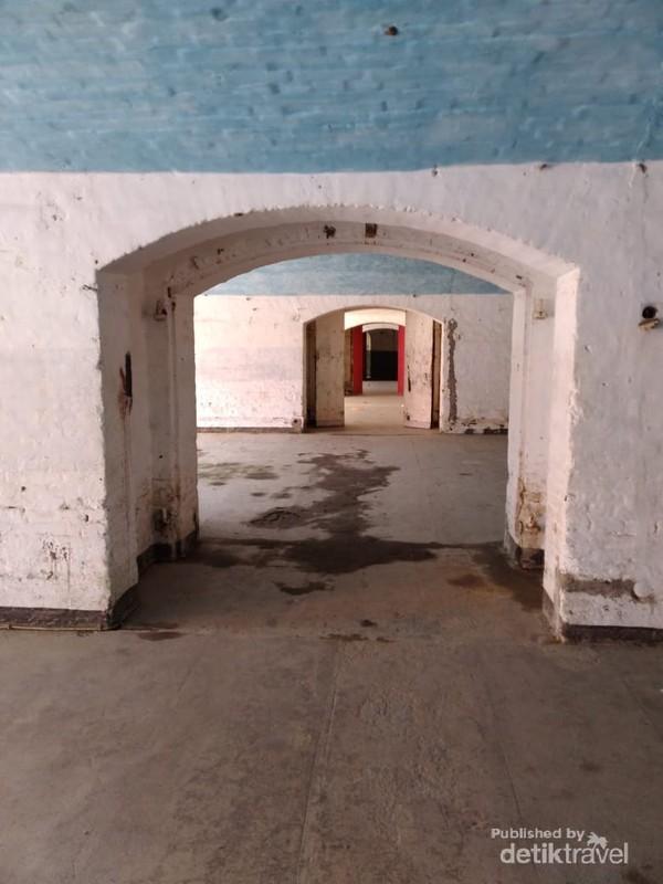 Komponen lain benteng ini terdapat sebuah penjara, rumah sakit dan ruang barak tentara