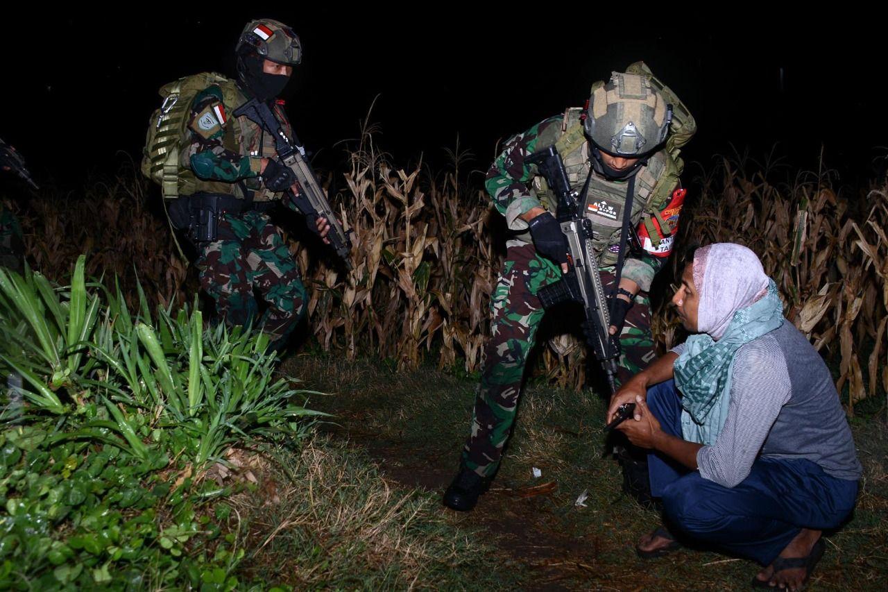 Prajurit Yontaifib Pasmar 2 Korps Marinir TNI AL Laksanakan Terjun Malam