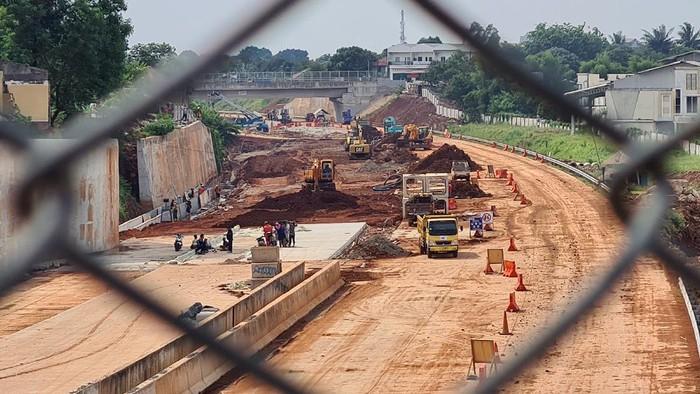 Pekerja dengan menggunakan alat berat menyelesaikan pembangunan jalan Tol Cinere - Serpong seksi kedua ruas Tol Cinere - Pamulang di Kawasan Pamulang, Tangerang Selatan, Banten, Senin (13/9/2021). Proyek Tol Cinere - Serpong pembangunanya sudah mencapai 99,63%  untuk pembebasan lahan dan 84,7%. untuk pembangunan konstruksinya, jalan tol ini nantinya akan terkoneksi dengan Tol Jagorawi untuk menuju Bogor dan Ciawi dan sebaliknya. ANTARA FOTO/Muhammad Iqbal/hp.