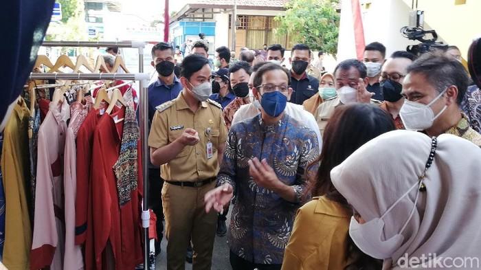 Mendikbud Ristek Nadiem Makarim didampingi Wali Kota Solo Gibran Rakabuming Raka di SMKN 2 Solo, Senin (13/9/2021)