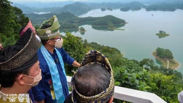 Menteri Pariwisata dan Ekonomi Kreatif Sandiaga Salahuddin Uno mendorong peningkatan sektor pariwisata dan ekonomi kreatif di Kabupaten Kampar, Provinsi Riau. Salah satunya yakni dengan memperkenalkan obyek wisata Puncak Kompe, di Koto Mesjid, Kabupaten Kampar, Riau.