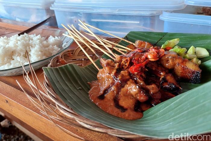 Sate Ibu Dewi di Bandung yang Buka hanya hari Minggu. Tawarkan menu sate jando yang nikmat.