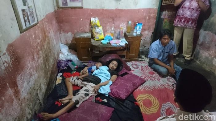 Seorang ibu muda, Dian Marisa (38), sudah 6 bulan menderita kelumpuhan. Dia butuh penindakan medis namun terkendala biaya. (M Iqbal/detikcom)