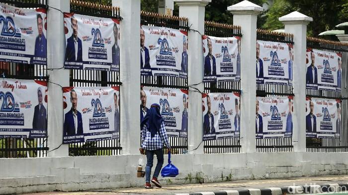 Partai Demokrat (PD) merayakan hari ulang tahun (HUT) yang ke-20. Spanduk-spanduk HUT PD pun menghiasi pagar Gedung DPR RI.